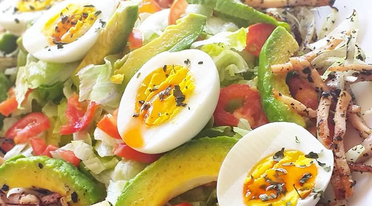 Salade avocat oeufs poulet grille
